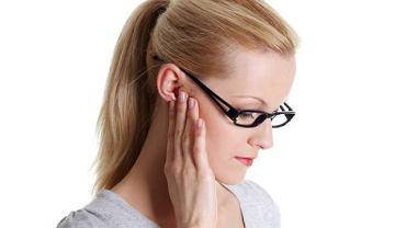 Zapalenie ucha zewnętrznego wymaga konsultacji laryngologicznej, nawet gdy nie towarzyszy mu silny ból, gdyż może okazać się groźne dla słuchu