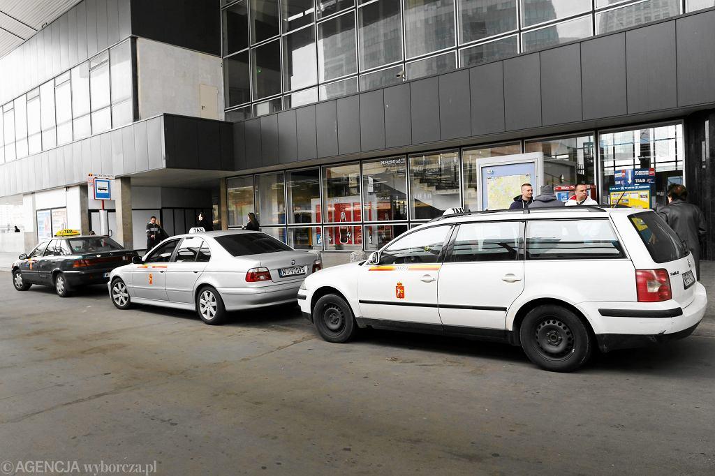 Zdjęcie ilustracyjne. Taksówki pod dworcem