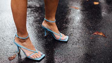 Trendy lato 2020. Sandały z kwadratowymi noskami