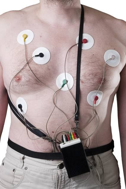 Badanie metodą Holtera może być przeprowadzone w gabinecie lekarskim, przychodni lub przy łóżku chorego w szpitalu lub domu. Elektrody są umiejscowione na klatce piersiowej a kable od nich są podłączone do małego, przenośnego urządzenia na baterie, który rejestruje zapis
