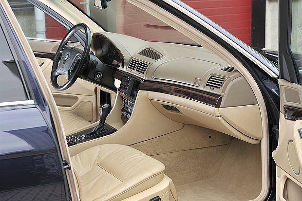 BMW serii 7 było pierwszym samochodem na świecie z opcjonalnie dostępną nawigacją wyświetlaną na 5,25 calowy monitorze