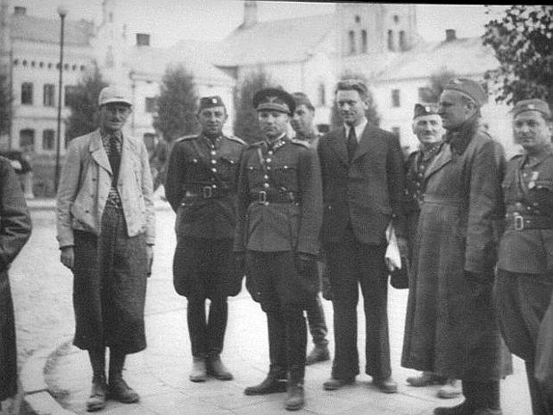 Słowacki minister obrony narodowej i głównodowodzący armią gen. Ferdinand Catloš (w środku) we wrześniu 1939 r. w Sanoku