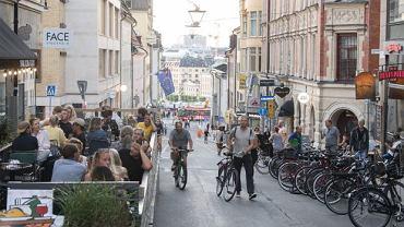 Na ulicach Sztokholmu tłumy spacerowiczów, ogródki restauracji pełne gości