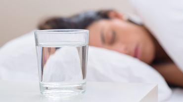 Trzymasz przy łóżku szklankę wody i popijasz w nocy? To duży błąd, który może zaszkodzić zdrowiu