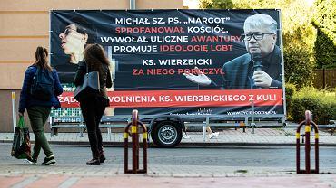 Mobilny baner wzywający do zwolnienia ks. Alfreda Wierzbickiego z Katolickiego Uniwersytetu Lubelskiego