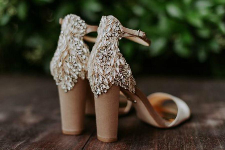 niskie buty ślubne mogą wyglądać równie elegancko, dzięki zdobieniom na obcasie
