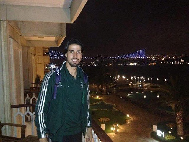 Khedira i jego hotelowy balkon w Stambule