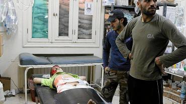 Szpital w Al-Sakkour w Syrii - chłopiec, ofiara wybuchu, walczy o życie. Prawdopodobnie straci jedną z kończyn.