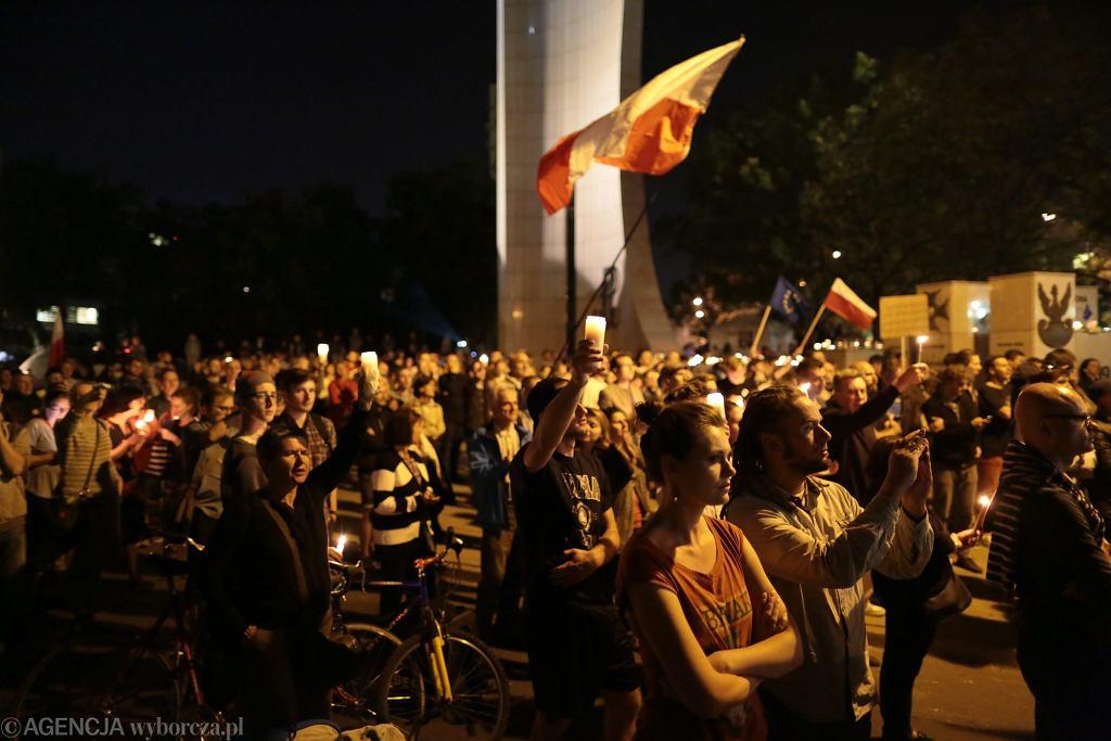 'Łańcuch światła' - protesty pod Sejmem