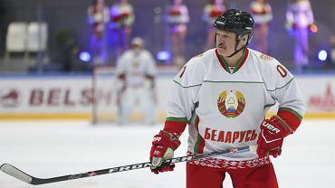 Aleksander Łukaszenka lubi sport. Gra w hokeja, jeździ na nartach i łyżworolkach, bierze udział w amataroskich zawodach i zawsze wygrywa.