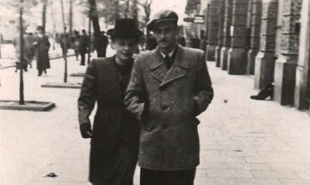 Krzysztof Kamil Baczyński z żoną Barbarą na warszawskiej ulicy w 1943 r.