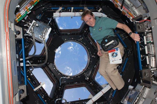 Astronautka Kathryn Hire we wnętrzu modułu Cupola