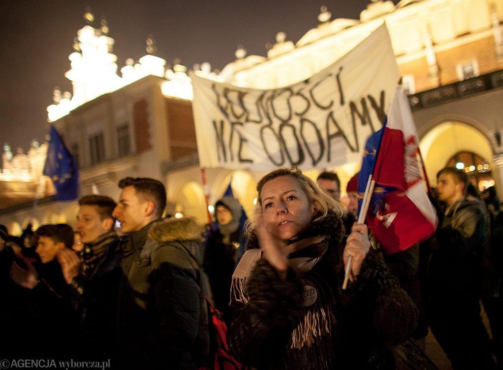 Antyrzadowa demonstracja (m. in. Komitetu Obrony Demokracji ) w Krakowie (fot. Jakub Ociepa/AG)