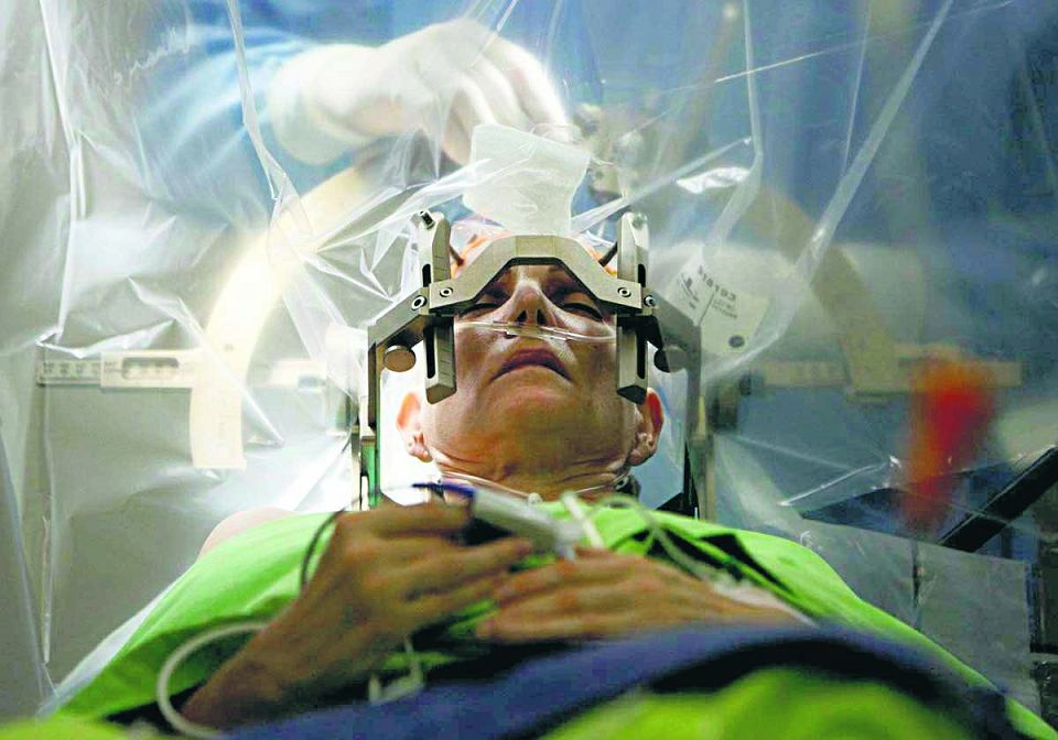 Neurochirurgia radzi sobie z leczeniem choroby Parkinsona, ale także lekoopornej depresji czy nerwicy natręctw. Ludzki mózg można