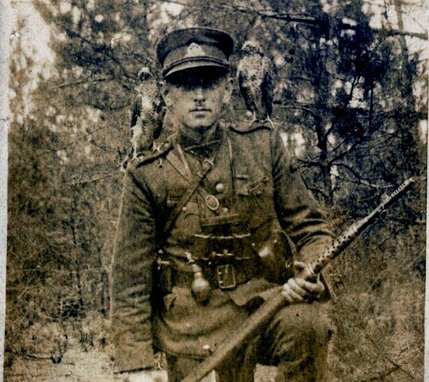 Zwierzchnik litewskich sił partyzanckich płk Adolfas Ramanauskas 'Vanagas' (1918-57), członek Rady Ruchu Walki o Wolność Litwy. Od 1953 r. ukrywał się w Kownie, został schwytany w 1956 r. Zachował się opis obrażeń, jakie odniósł w czasie tortur: kilkanaście nakłuć drutem lub szpilką w gałkę oczną, ucięty palec u ręki, liczne krwotoki na podbrzuszu, wyrwane jądra i nasieniowody. Został odratowany i rozstrzelany.