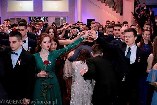 Zdjęcie numer 0 w galerii - Studniówka IV LO. Poloneza tańczyli dwa razy, był też przebój Maryli Rodowicz [ZDJĘCIA]