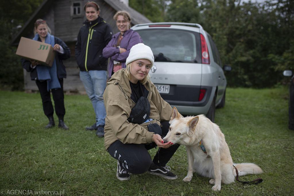 Usnarz Górny - nieopodal przetrzymywani są uchodźcy. Na zdjęciu wolontariusze z Warszawy, którzy przyjechali pomagać Fundacji Ocalenie