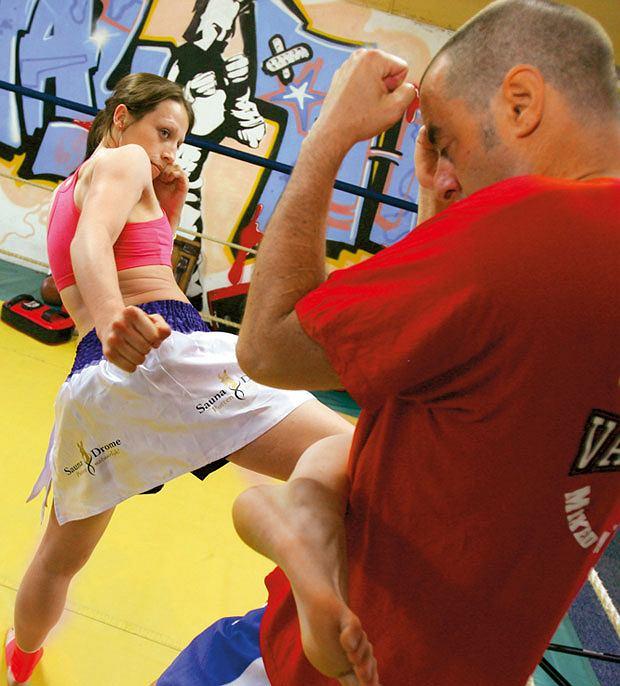Mój pierwszy raz: sparing z mistrzynią muay thai, mój pierwszy raz, sztuki walki, Kopnięcie okrężne na wysokości brzucha, tzw. middle kick.