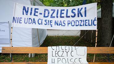 Białe Miasteczko - medycy manifestują przed KPRM. Warszawa, 20 września 2021