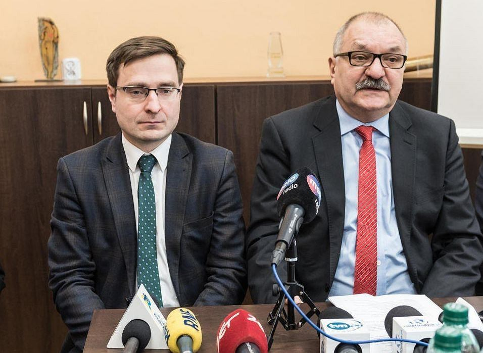 Marszałek Cezary Przybylski z BS (z prawej) i wicemarszałek Marcin Krzyżanowski z PiS. Ich zarząd zdecydował o zmianie banku