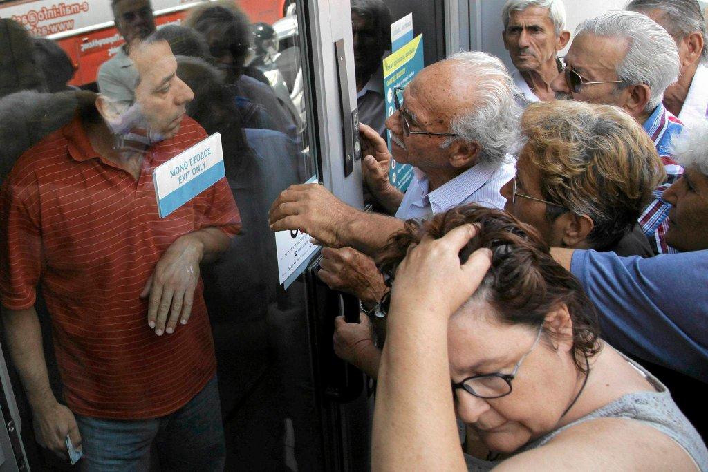 Emeryci i rencyści na Krecie przed zamkniętym oddziałem banku, gdzie właśnie usłyszeli, że nie otrzymają swoich świadczeń