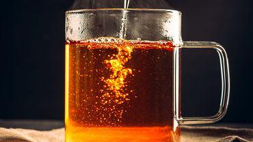 W zimny dzień rozgrzeje nas też herbata, najlepiej wzbogacana o np.: imbir, goździki, cynamon, kardamon, pomarańcze, cytrynę lub sok malinowy