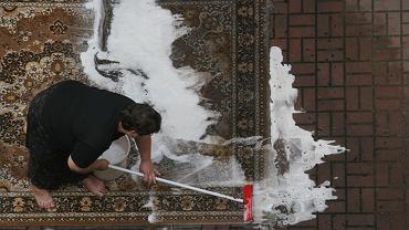 Usługi sprzątania to jeden z najbardziej sfeminizowanych zawodów (i jednocześnie jeden z najbardziej sprzyjających kontuzjom).