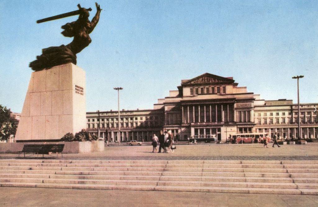 22 lipca 1964 roku na placu Teatralnym odsłonięto pomnik nazywany