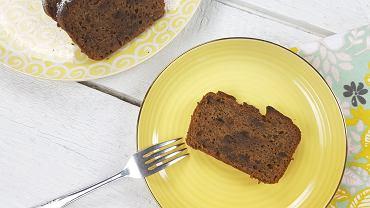 Chlebek bananowy z czekoladą to ciasto, które robi się ekspresowo - wystarczy, że rozgnieciecie dojrzałe banany i połączycie je z pozostałymi składnikami