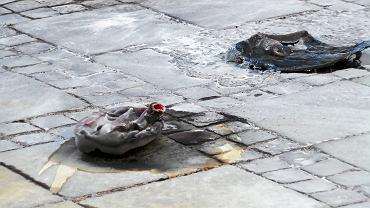 Samospalenie w stolicy. Starszy mężczyzna rozrzucił list wydrukowany w kilkudziesięciu egzemplarzach i podpalił się na placu Defilad pod Pałacem Kultury i Nauki. Warszawa, 19 października 2017 r.