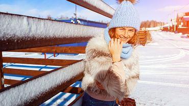 Włosy elektryzujące się podczas zimy. Jak sobie z nimi radzić? Przyczyny i sposoby na zimową pielęgnacji włosów