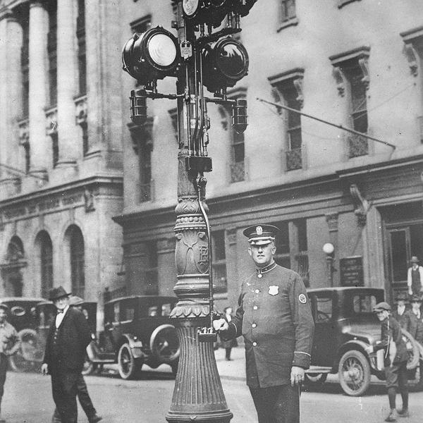 W 1921 r. w Filadelfii postawiono taki sygnalizator wykorzystujący światła czerwone, zielone i... białe.
