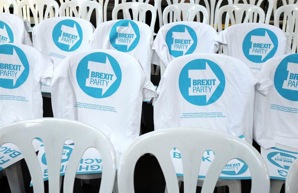 T-shirty promujące nową partię Brexit tuż przed konferencją prasową obwieszczającą start jej kampanii przed wyborami do Parlamentu Europejskiego, Coventry, 12 kwietnia 2019 r.