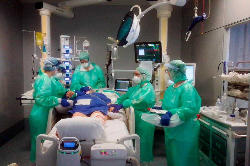 Pracownicy medyczni w Bergamo (zdjęcie ilustracyjne)
