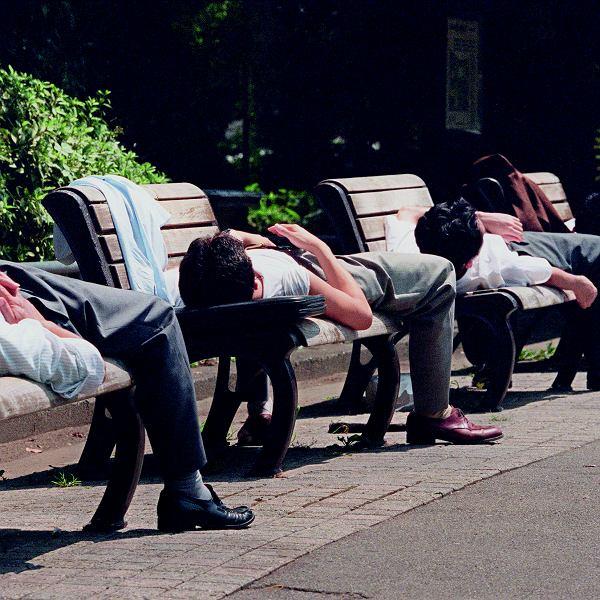 Japończycy pracują nawet po 15 godzin dzienne. Nic dziwnego, że zasypiają przy każdej okazji. W Japonii jest to jednak dobrze widziane - świadczy o zaangażowaniu w pracy.