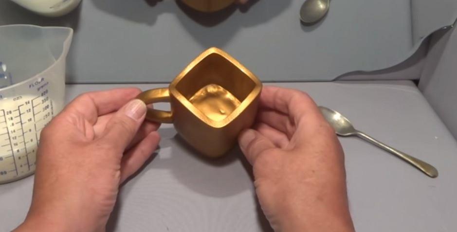 Kubek jest okrągły czy kwadratowy?