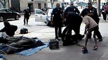 Policjanci zastrzelili bezdomnego na ulicy Los Angeles. Zrobili to, bo odebrał broń funkcjonariuszowi?