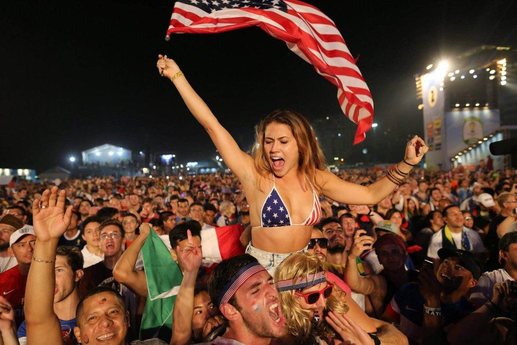 W nocy z poniedziałku na wtorek mundial udanie zaczął się dla USA, które pokonały Ghanę 2:1. Strefę kibica znajdującą się na słynnej plaży Copacabana w Rio, zdominowali amerykańscy kibice, którzy szaleli po każdym z dwóch goli zdobytych przez ich reprezentację.