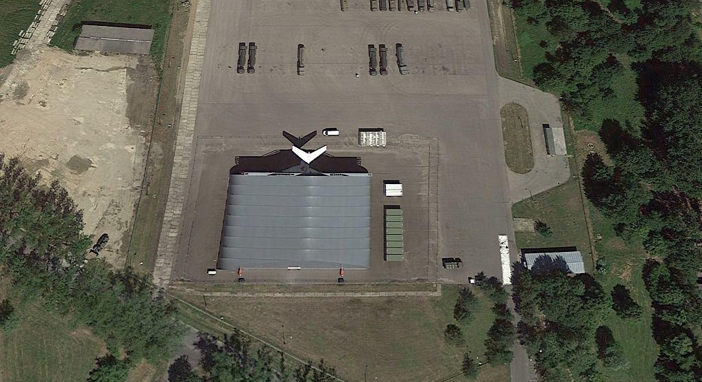 Ogon Tu-154M wystający z hangaru w Mińsku Mazowieckim