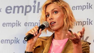 Anja Rubik z długimi włosami. Modelka jest nie do poznania!