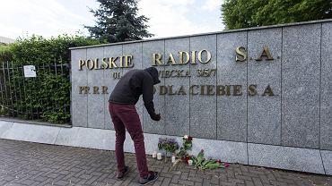 Kwiaty i znicze przed siedzibą Polskiego Radia