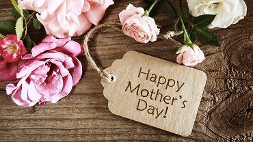 Życzenia na Dzień Matki możemy zamieścić na kartce, dołączonej do prezentu. Zdjęcie ilustracyjne, TierneyMJ/shutterstock.com