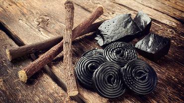Glicyryzyna, zawarta w lukrecji, jest aż 50 razy bardziej słodka niż cukier. To dlatego jest często składnikiem słodyczy, żelków, soków, napojów.