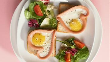 Romantyczne śniadanie - serduszka z parówek