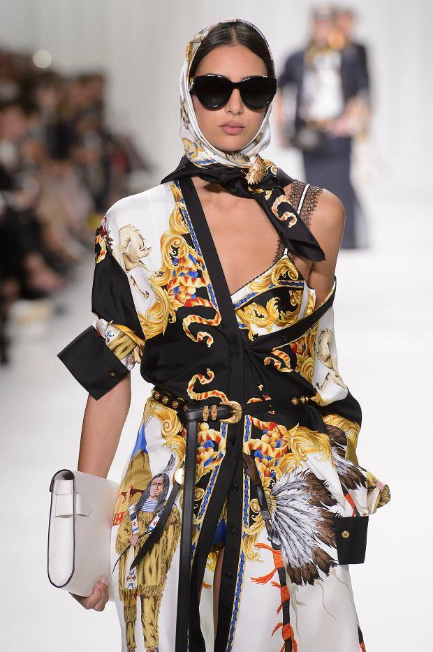 Chusta w stylu lat 80. na wybiegu Versace