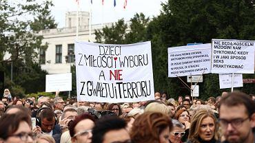 Manifestacja przeciwko zaostrzeniu ustawy aborcyjnej pod budynkiem Sejmu w Warszawie