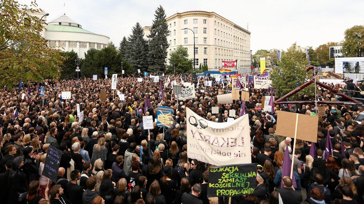 Protest przed Sejmem przeciw zaostrzeniu prawa aborcyjnego