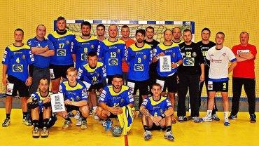 Piłkarze ręczni Stali Gorzów po wygranym 31:22 meczu w Świebodzinie, wspierają żużlowca Darcy Warda