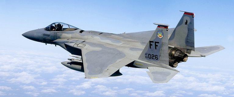 Powidz. Awaryjne lądowanie samolotu F-15. Z silnika wydobywał się dym