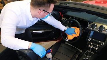 Auta w salonach samochodowych są dezynfekowane